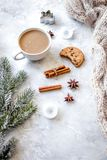 Вечер рождества с чашкой взгляд сверху предпосылки какао белого Стоковые Фото