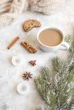 Вечер рождества с чашкой взгляд сверху предпосылки какао белого Стоковые Изображения