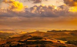 Вечер с драматическим cloudscape в Тоскане, Италии Стоковые Изображения RF