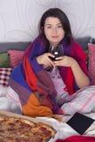 Вечер траты женщины в кровати стоковые изображения