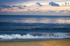 Вечер Чёрное море с красивыми прибоем и ребром дельфина Стоковое Изображение RF