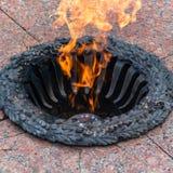 Вечное пламя в рамке металла на каменном слябе Стоковая Фотография RF