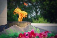 Вечное пламя горит в памяти о миллионах советских солдат Стоковые Изображения RF