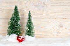 2 вечнозеленых ели и красного сердце Стоковое Фото