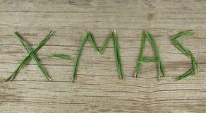Вечнозеленые Sprigs X-Mas на деревенской деревянной доске Стоковая Фотография