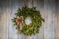 Вечнозеленый венок рождества на siding амбара Стоковое фото RF