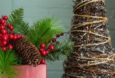Вечнозелёное растение, ягоды, и абстрактные украшения дерева, конец Стоковое Фото