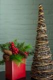 Вечнозелёное растение, ягоды, и абстрактные украшения дерева Стоковые Изображения RF