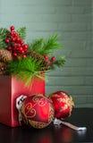 Вечнозелёное растение, ягоды, и декоративные шарики рождества Стоковые Изображения RF