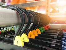 Вешалка одежд выборочного фокуса пластиковая на полке на современном бутике магазина стоковое изображение rf