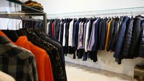 Вешалки со случайными одеждами в торговом центре Конец-вверх: вешалка для одежды Вешалки одежд Собрание дизайнерской одежды сток-видео