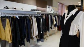 Вешалки со случайными одеждами в торговом центре Конец-вверх: вешалка для одежды Вешалки одежд Собрание дизайнерской одежды акции видеоматериалы