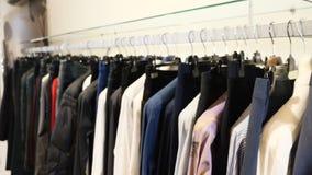 Вешалки со случайными одеждами в торговом центре Конец-вверх: вешалка для одежды Вешалки одежд Собрание дизайнерской одежды видеоматериал