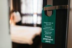 Вешалка двери пожалуйста составляет мою комнату в 4 языках Стоковая Фотография RF