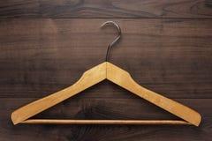 Вешалка одежды на коричневой таблице Стоковые Фотографии RF