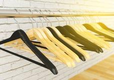 Вешалки одежд вися на металле кладут на полку, селективный фокус Стоковое Изображение