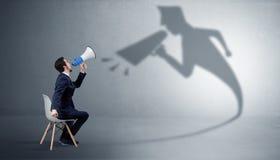 Вещества бизнесмена оставаясь и предлагая к его bossy тени стоковое изображение rf