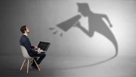 Вещества бизнесмена оставаясь и предлагая к его bossy тени стоковое изображение