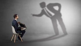 Вещества бизнесмена оставаясь и предлагая к человеку тени стоковое фото rf