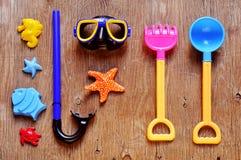 Вещество лета, как подныривание или игрушки пляжа, на деревенское деревянном Стоковое фото RF