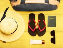 Вещество женщины как сумка багажа, шляпа, тапочки, лосьон, sunglass стоковые фотографии rf