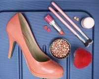 Вещество женщины, составляет продукт и ботинок в голубой предпосылке Аксессуары перемещения стоковая фотография rf