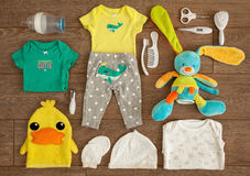 Вещество и аксессуары Newborn младенца необходимое в плоском составе положения на деревянном столе Стоковые Фотографии RF