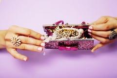 Вещество маленькой девочки для принцессы, женщины вручает держать малую милую сумку с ювелирными изделиями и маникюром, роскошным Стоковые Фотографии RF