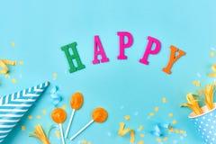 Вещи вечеринки по случаю дня рождения белизна торжества изолированная принципиальной схемой Плоское положение Стоковые Фотографии RF