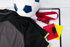 Вещи для судьи футбольного матча против светлой предпосылки Стоковые Фото