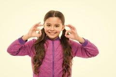 Вещи идя быть alright Сторона ребенка девушки счастливая пока предпосылка жеста ок шоу белая Ребенк удовлетворяемый со всем стоковое фото rf