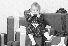 Вещи, который нужно сделать с малышами на рождестве Подарки рождества для малыша Подарки для рождества ребенка первого Отпразднуй стоковое фото