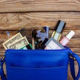Вещи от открытой сумки дамы Стоковые Фотографии RF