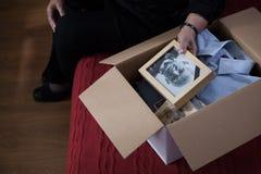 Вещи упаковки вдовы в коробку стоковые изображения rf