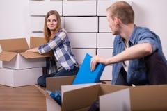 Вещи упаковки человека и женщины Стоковое Изображение RF
