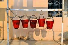 5 ведер огня вися на стене в Индии Стоковая Фотография RF