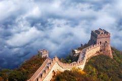 Великая Китайская Стена перемещения Китая, бурные облака неба Стоковые Изображения RF