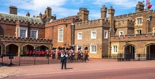 Великобританские гвардейцы начинают марш вниз напротив дворца St James Мол Лондон Великобритания Стоковое Фото