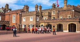 Великобританские гвардейцы начинают марш вниз напротив дворца St James Мол Лондон Великобритания стоковые фотографии rf
