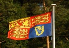 Великобританский флаг королевского стандарта на флагштоке Стоковое Изображение RF