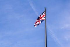 Великобританский флаг развевая в ветре Стоковые Изображения