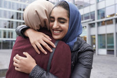 2 великобританских мусульманских друз женщин встречая вне офиса Стоковое Изображение