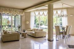 Великолепная комната салона приспособленная для принцессы стоковые изображения rf
