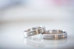 2 великолепных обручального кольца на день свадьбы Стоковое Изображение RF