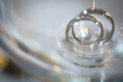 2 великолепных обручального кольца на день свадьбы Стоковые Фото
