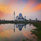 Величественная плавая мечеть во время захода солнца Стоковое Изображение