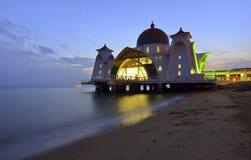Величественная плавая мечеть на проливах Малаккы во время захода солнца Стоковое Фото