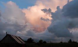 Величественное красочное небо вечера над деревней после грозы лета Стоковое фото RF