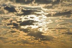 Величественное небо с облаками на восходе солнца Стоковая Фотография