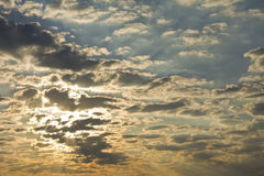 Величественное небо с облаками на восходе солнца Стоковое фото RF